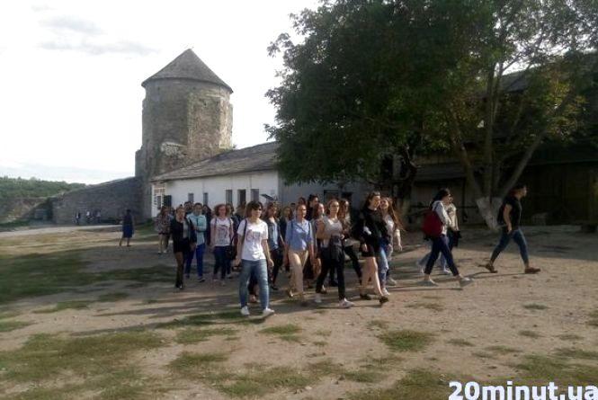 2 000 студентів-першокурсників долучились до пізнавальної екскурсії у Кам`янці-Подільському