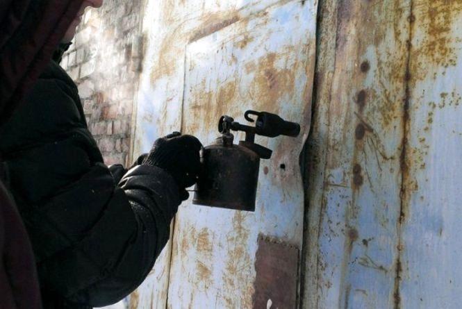 """Мотор від """"Опеля"""" і кухонні витяжки: у Кам'янці злодій обікрав гараж на 15 тисяч гривень"""