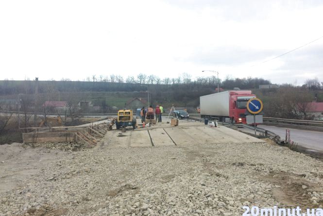 Міст через Мукшу під Кам'янцем продовжують ремонтувати (ФОТО)
