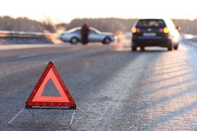 """Під Кам'янцем """"BMW"""" зіткнулась із """"Geely"""". Пасажирка одного з авто потрапила до реанімації"""