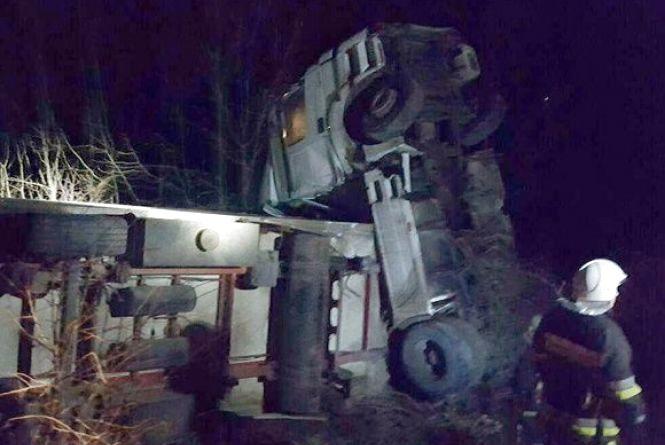 """Поблизу Кам'янця на """"тещиному язиці"""" сталася аварія. Громадянин Туреччини перекинувся на вантажівці"""