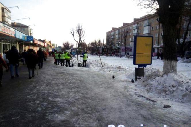 Куди можна звернутися кам'янчанам, щоб прибрали сніг з подвір'я або вулиці?