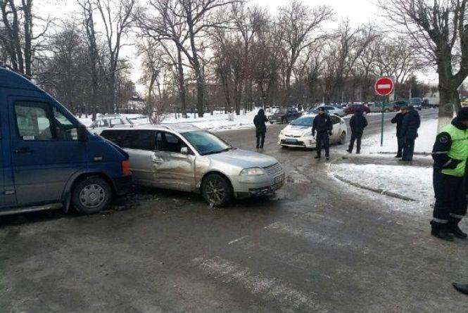 У Кам'янці автомобіль в'їхав у маршрутку. Постраждала жінка
