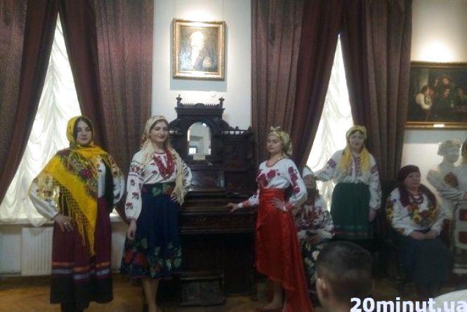 У Кам'янці студентки дефілювали в народних хустках (ФОТОРЕПОРТАЖ)