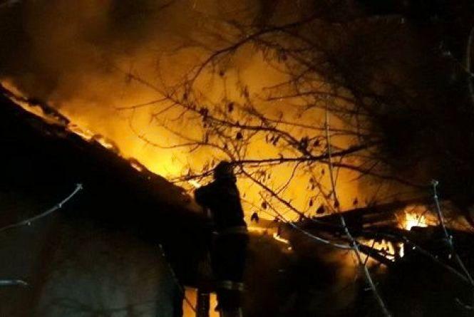 У Кам'янці внаслідок необережного поводження з вогнем спалахнула будівля