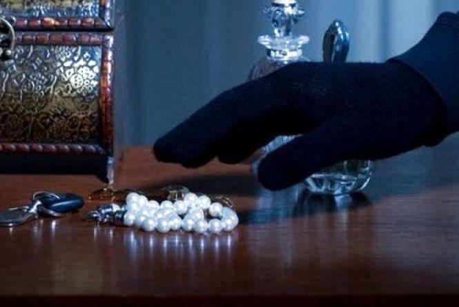 У Кам'янці пограбували квартиру. Зловмисник поцупив долари та коштовності
