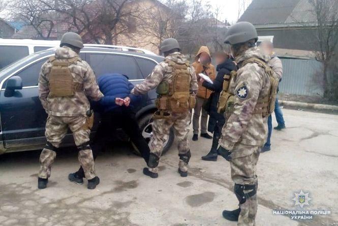 Хмельниьницькі поліцейські взяли під варту кам'янчан, які незаконно торгували зброєю