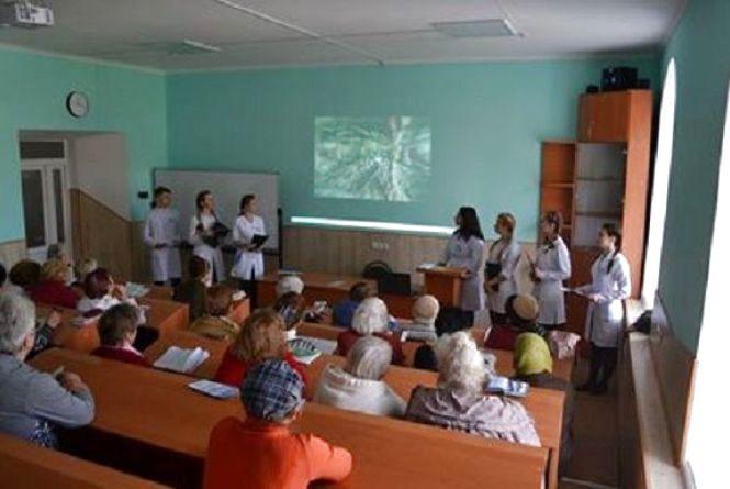 До Дня здоров'я студенти Кам'янця прочитали лекцію людям похилого віку