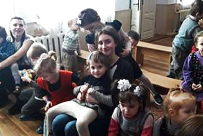 Студенти Кам'янця привітали з Великоднем дітей спеціалізованого санаторію