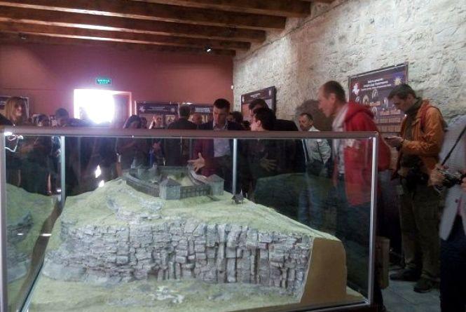 Сенсорний інформаційний блок, макет фортеці 15 століття та велотур. У Кам'янці стартував туристичний сезон (ФОТО)