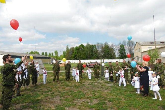 Гра в хокей та вистава. На Хмельниччині військовослужбоці привітали колег Канади із професійним святом