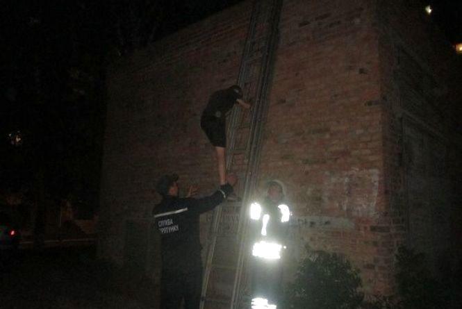 У Кам'янці рятувальники зняли з будівлі 13-річного підлітка
