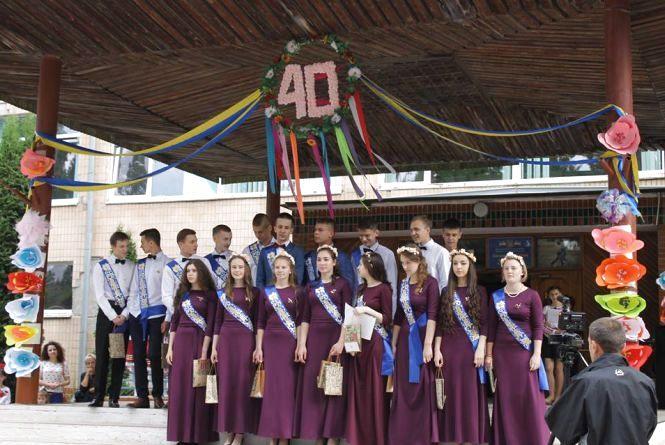 У школах Кам'янця пролунав останній дзвоник (ФОТОРЕПОРТАЖ)