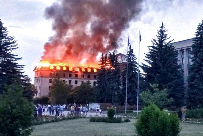 Пожежники сказали, чому загорівся колишній готель «Україна» в Кам'янці (ФОТО)