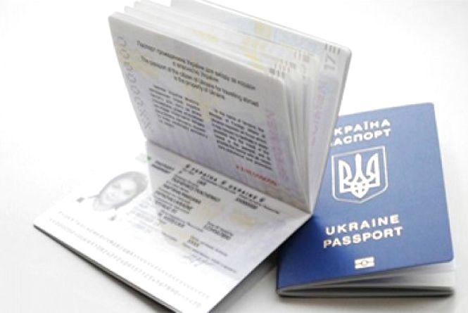 Через велике навантаження у Кам'янці змінили час видачі закордонних паспортів