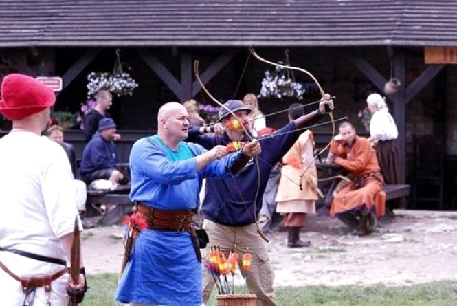 У Старому замку Кам'янця у середньовічному вбранні стріляли лучники (ФОТО)