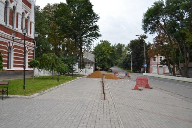 У Кам'янці триває ремонт тротуару по вулиці Огієнка