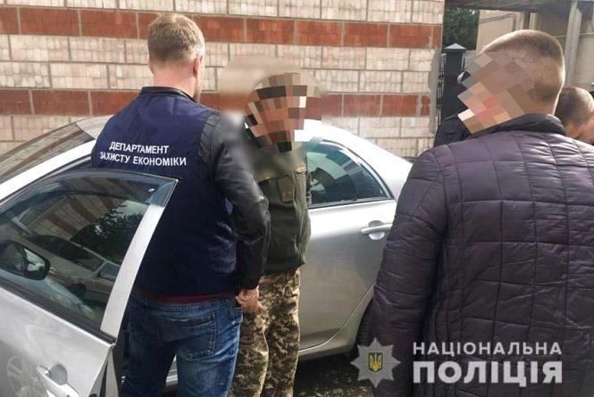 На Хмельниччині поліція затримала на хабарі комісара