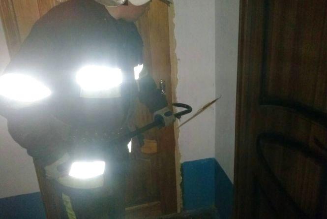 Кам'янецькі рятувальники витягли пенсіонерку із зачиненої квартири