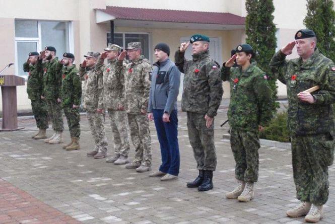 Армійці України і Канади вшанували пам'ять померлих солдат у Кам'янці