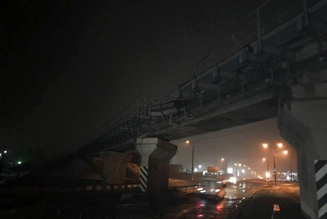 Вантажівка пошкодила міст на селищі Цемзаводу (ФОТО)