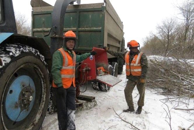 Автодорогою до Кам'янця дорожники розчищують смуги відведення