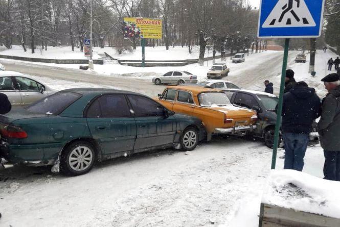 У Кам'янці зіштовхнулися п'ять авто