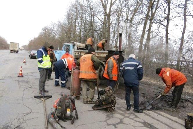Щодня дорожники ліквідовують по 400 квадратних метрів аварійної ямковості