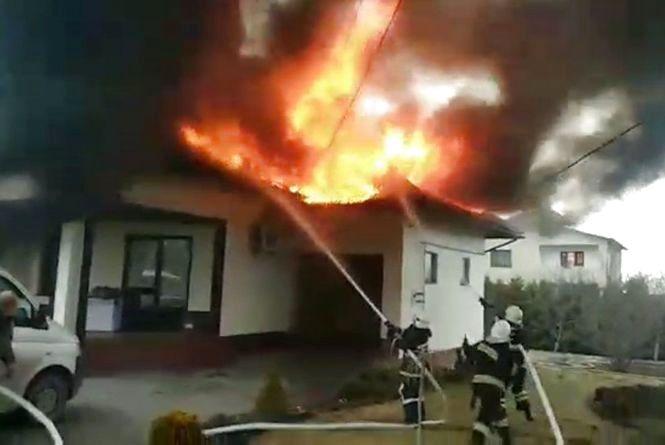 Вогонь охопив будинок на Довжку (ФОТО+ВІДЕО)