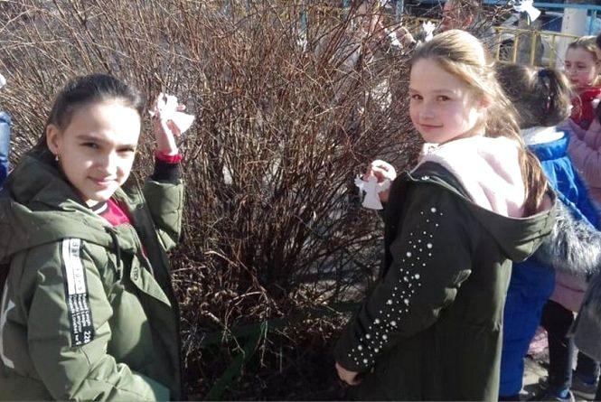 Ангели скорботи на шкільному подвір'ї Кам'янця (ФОТО)