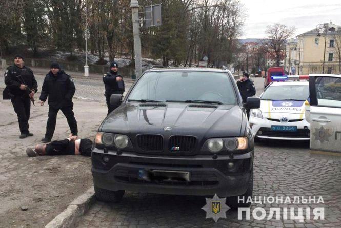Поліцейські Кам'янця затримали банду, яка побила і викрала чернівчанина