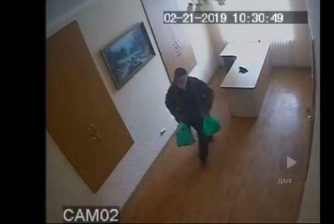 Поліціянти Кам'янця розшукують чоловіка, який здійснив крадіжку