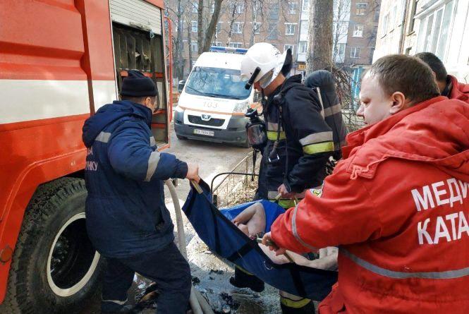 Надзвичайники врятували жінку з палаючої квартири (ОНОВЛЕНО)