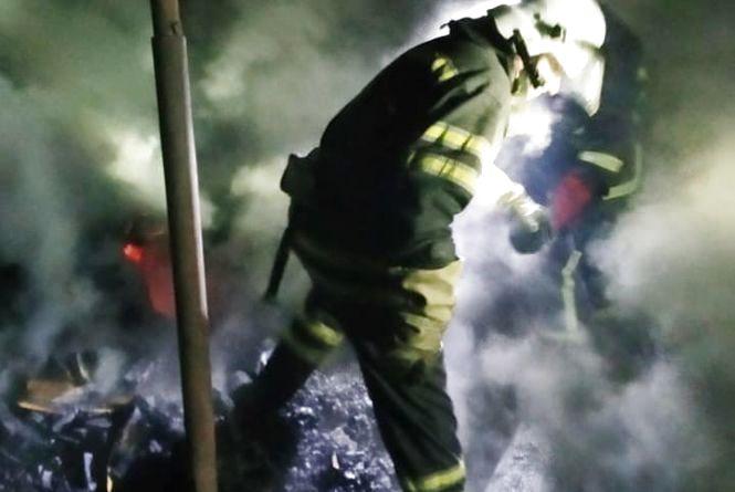 Рятувальники Кам'янця вночі  гасили палаючий дровник