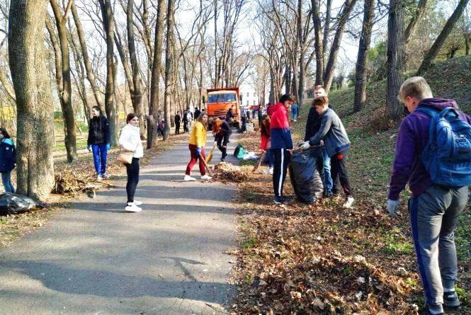Школярі та студенти прибирають парк: у Кам'янці триває весняна толока