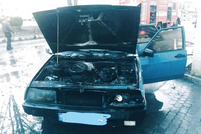 Надзвичайники гасили авто на вулиці Князів Коріатовичів (ВІДЕО)