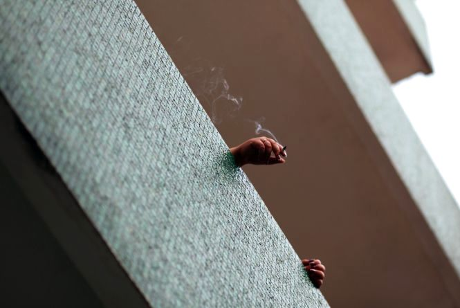 Недопалок цигарки ледь не спалив квартиру в Кам'янці