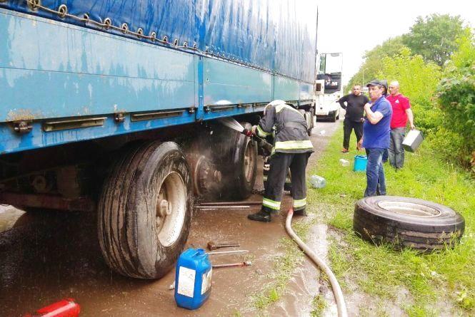 Вогнеборці гасили вантажівку на околиці села Руда