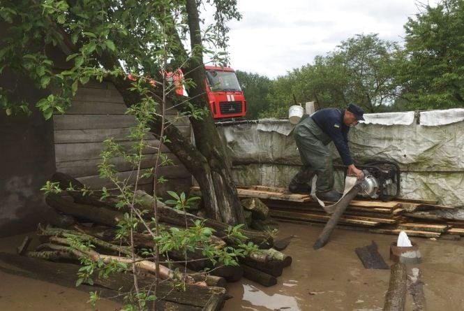 Надзвичайники відкачали воду з підвалів затоплених будинків у Кам'янці
