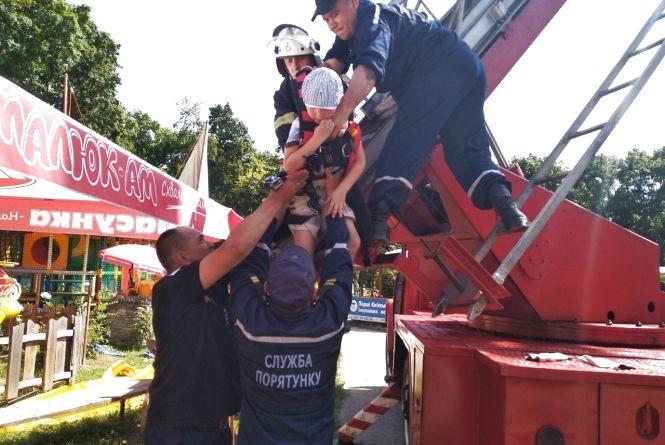Рятувальники зняли з несправного колеса огляду дорослих і дітей (ФОТО І ВІДЕО)