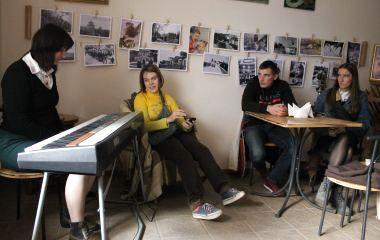 Кам'янецька поетеса провела благодійний вечір для підтримки у лікуванні військовослужбовця